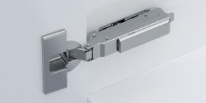 """TIOMOS """"Hengslet som åpner døren"""", med integrert regulerbar demping, ren design og høy stabilitet."""