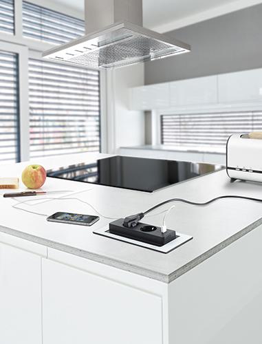 Evoline BackFlip i hvit frostet glass med 2 stikkontakter og 1 USB. Vipper 180 grader ved å trykke lett på dekselet.