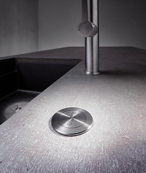 Mekanisk trykk knapp for hev/senk av silkurv.