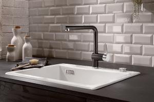 BLANCO LINUS-S i matt sort farge, en fin kontrast mot hvit vask.