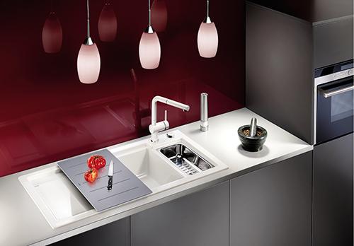 BLANCO AXON 6S kjøkkenvask i keramisk porselen med skjærefjel i herdet glass og skylleskål i rustfritt stål som følger med vasken. Matchende blandebatteri BLANCO LINUS-S.