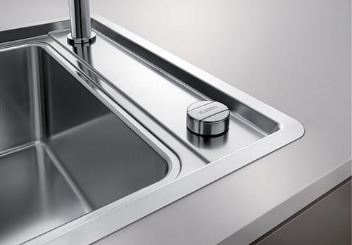 BLANCO ANDANO XL 6S-IF med oppløft og blandebatteri plassert på høyre side av vasken.