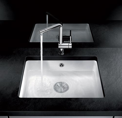 BLANCO AXON 6S kjøkkenvask i keramisk porselen i farge krystallhvit blank,. Her vist med blandebatteri BLANCO LINUS-S, krom.