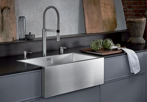 BLANCO CRONOS XL 8-IF. SteelArt kjøkkenvask i landstil med frontpanel i børstet rustfritt stål.