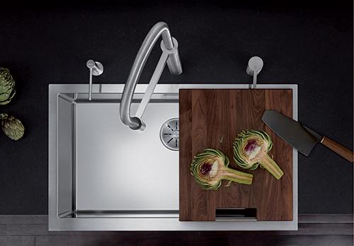 BLANCO CRONOS XL 8-IF. SteelArt kjøkkenvask avbildet med skjærefjel i nøttetre.