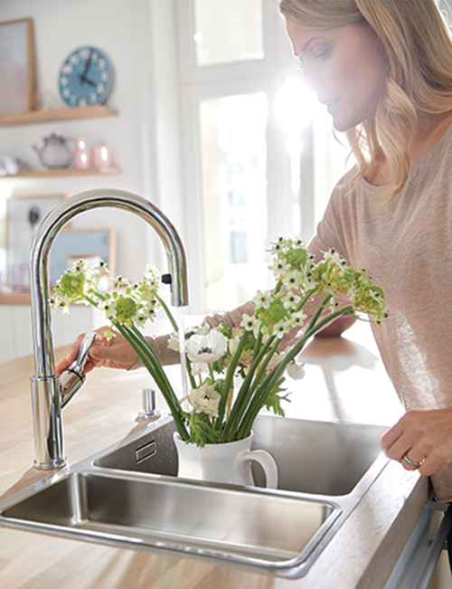 BLANCO CARENA-S med uttrekk. Klassisk, moderne blandebatteri med høy tut for enkel fylling av vaser.