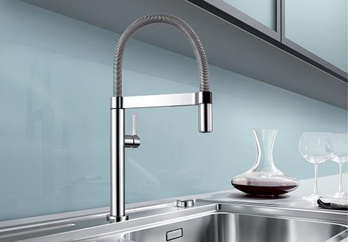 BLANCO CULINA-S Mini, stilrent blandebatteri med uttrekkbar tut for bedre rekkevidde i vasken.