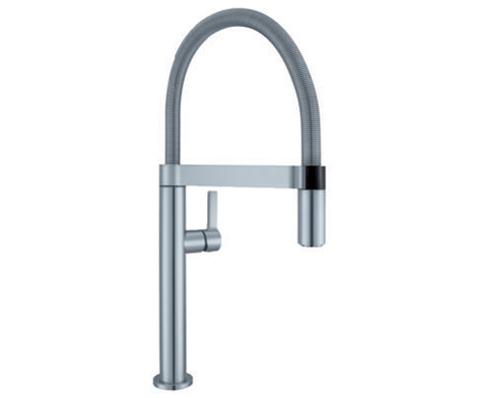 BLANCO CULINA-S Mini, stålutseende. Stiltrent blandebatteri med uttrekk for bedre rekkevidde i vasken.