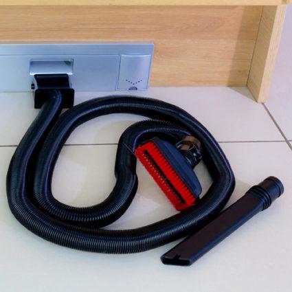 Tilleggsutstyr til sokkelstøvsuger Sweepovac. Støvsugerslange med munnstykke og gulv- og møbelbørste.