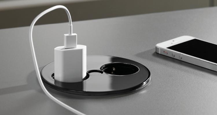 Twist el-kontakt i sort farge med 1 stikk og 2 USB.