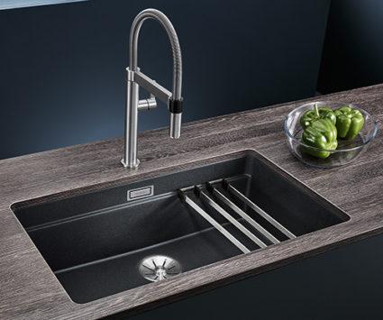 BLANCO ETAGON 700-U i SILGRANIT PuraDur. Kjøkkenvask med integrert profilkant i vasken og rist som følger med.