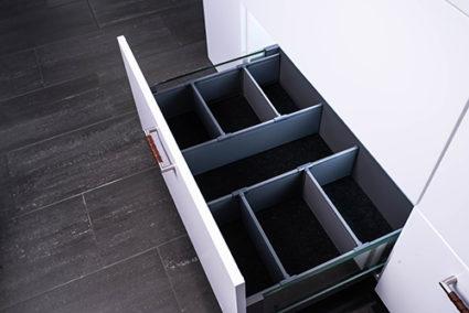 IMA FLEX DIVIDER 500 - Praktisk avdeler til skuff som kan justeres for perfekt oppbevaring.