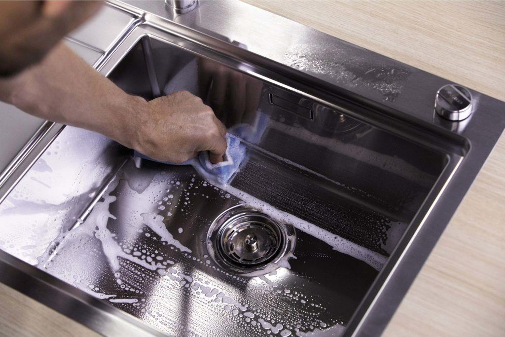 Person som vasker stålvask