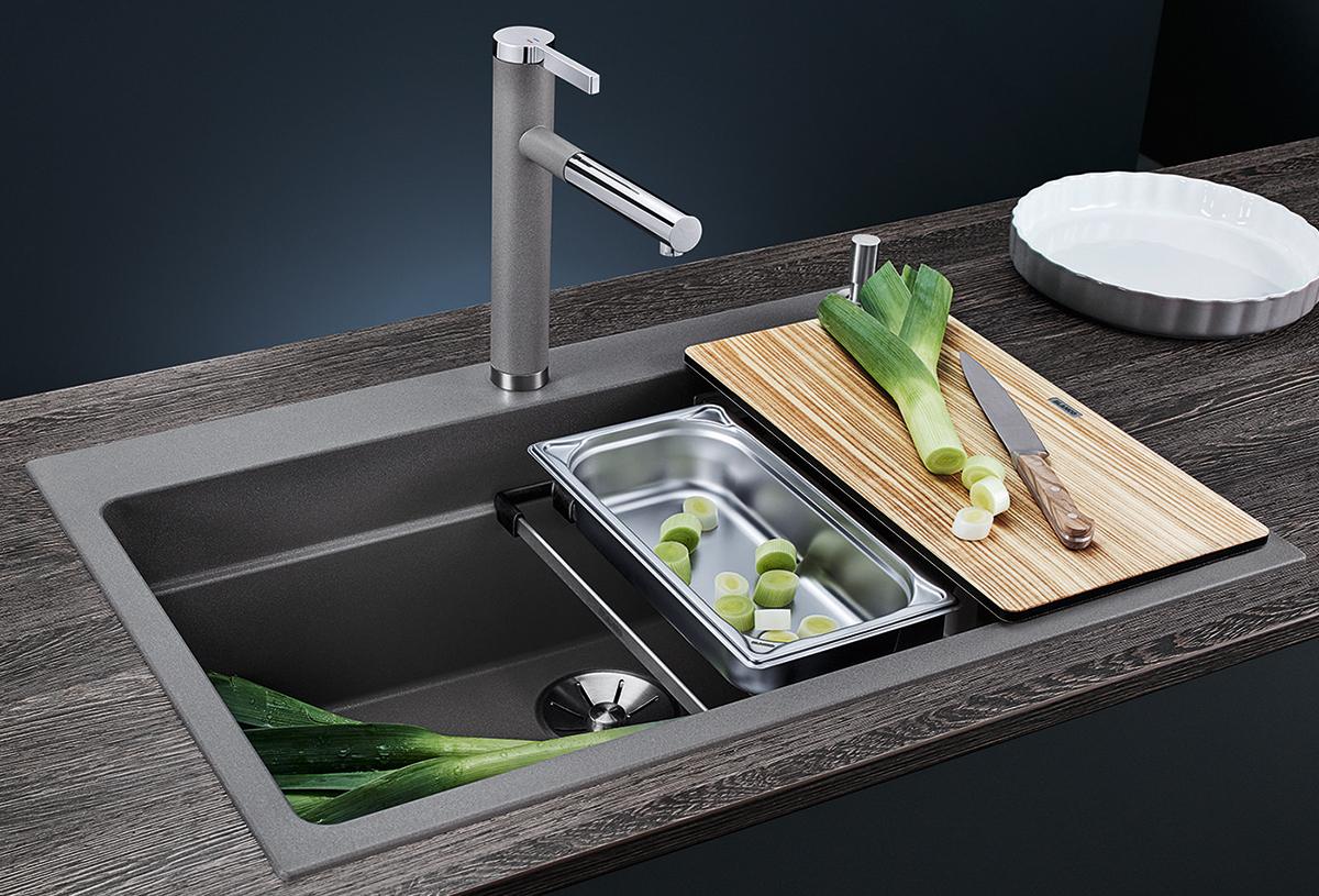 Vask og rens av grønnsaker ved kjøkkenvask fra Blanco