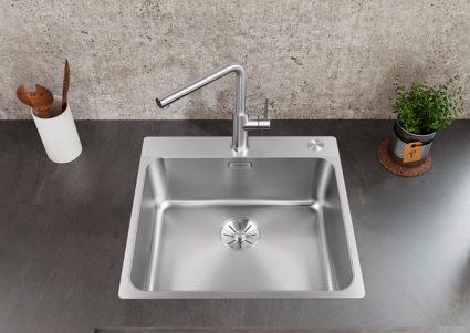 BLANCO SOLIS kjøkkenvask i rustfritt stål med oppløftsknapp for hev/senk funksjon av silkurv.