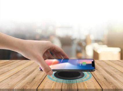Minibatt MB-FS80B trådløs lader for mobile enheter som støtter Qi teknologi, som f.eks. smarttelefoner, airpods, Apple watch.