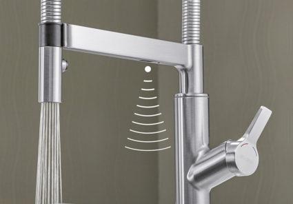 Blandebatteri i stålutseende med uttrekk og sensorfunksjon for start og stopp av vannstrålen.